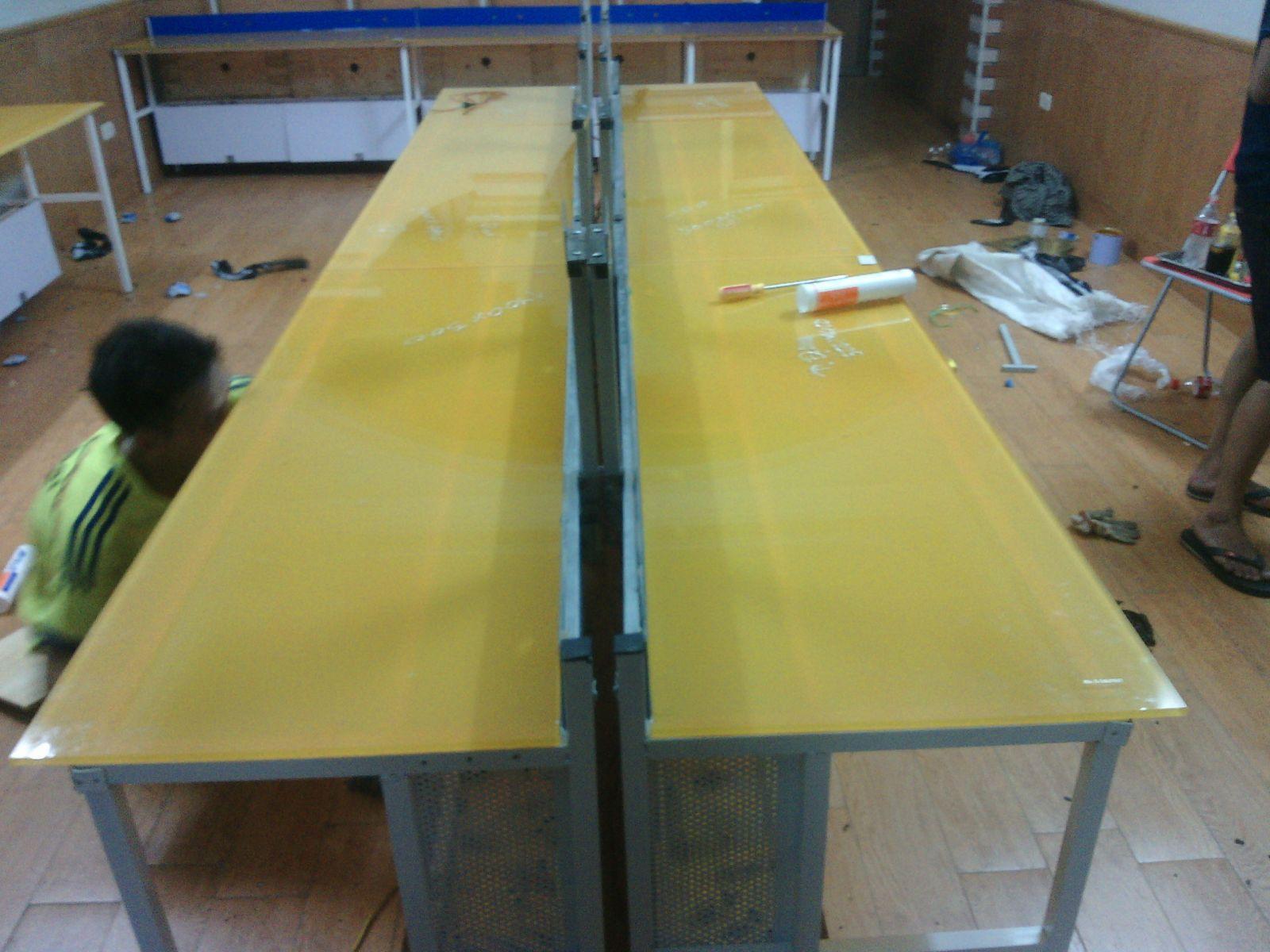thiết kế bàn phòng net vàng cam